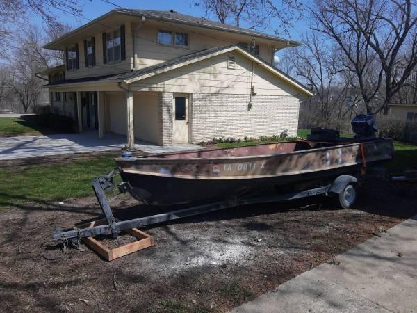 Photo 14 ft Jon boat with trailer - $800 (Indianola)