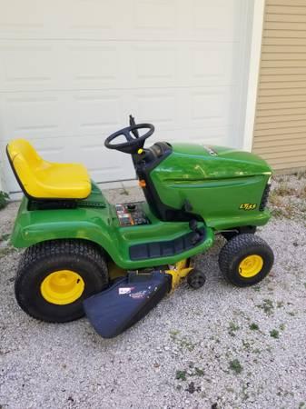 Photo John Deere LT155 lawnmower - $400 (Renwick)