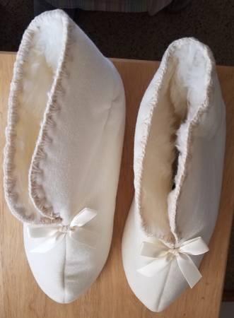 Photo Keep her feet nice  toasty all day long with DearfoamsBooties - $15 (Johnston)