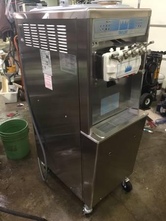 Photo Taylor Ice Cream machine 713 794 791 336 754 339 soft serve machines - $4500 (Ottosen)
