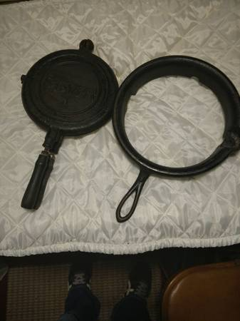 Photo antique STOVER...8 waffle iron and stand - $25 (Webster City)