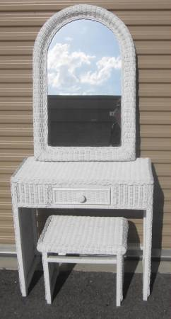 Photo CUTE WHITE WICKER VANITY DESK, STOOL, AND LARGE MIRROR - $85 (VENICE)