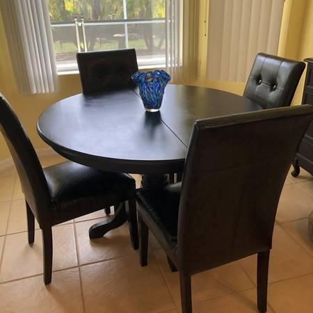 Photo Pier One Round Pedestal dining Set - $400 (Port Charlotte)