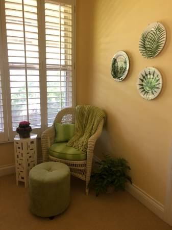 Photo WHITE WICKER LIGHT GREEN CHAIR WITH OTTOMAN  CLEAN  NICE  DELIVERY - $65 (NORTH NAPLES  NAPLES PARK)