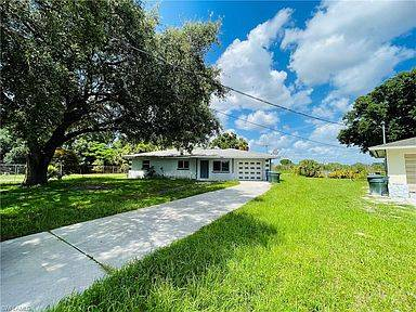 Photo located on a huge spacious lot w Quick access to downtown Fort Myers (fort myers)