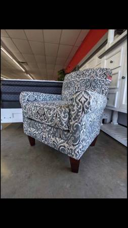 Photo Floral Accent Chair ONLY $299 $39 Down, Take It Home Today Come see me - $299 (Fort Smith)