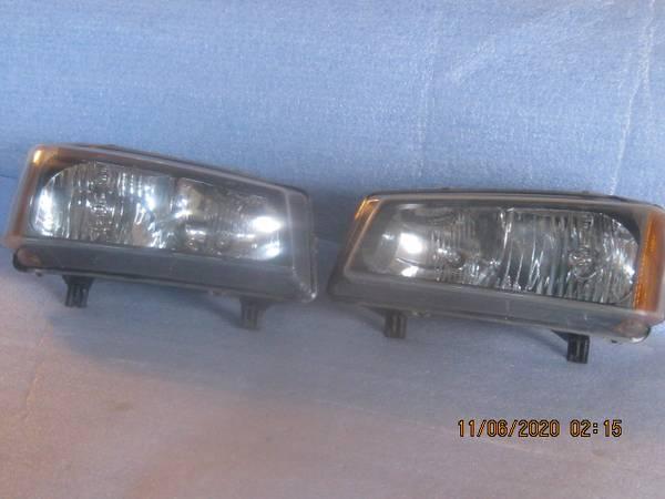 Photo 1999-2006 Chevy Silverado headlights OEM - $25 (Ft Wayne IN)