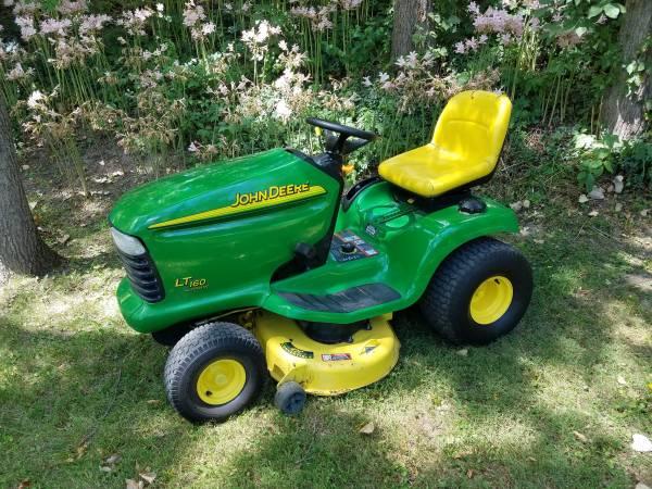 Photo 2002 John Deere 42quot LT160 garden tractor lawn mower - $400 (Churubusco)
