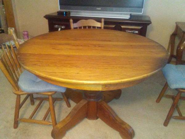 Photo 48quot Diameter Oak Dining Room table with 4 Chairs - $125 (SW Fort Wayne)