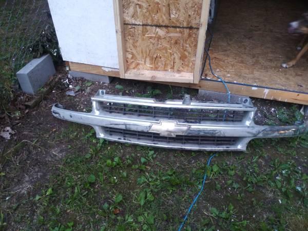 Photo 99-03 chevy grill ck pickup Tahoe suburban - $40 (Warsaw)
