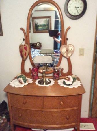 Photo Antique Oak Dresser - $200 (North Webster)
