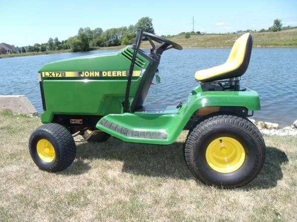 Photo John Deere LX178 lawn tractor with mower deck - $950 (fort wayne)