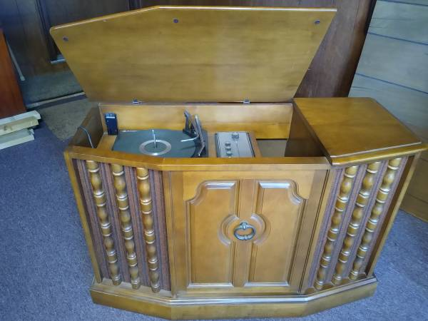 Photo V-M Voice of Music Stereo console-Vintage - $150 (SW Michigan)
