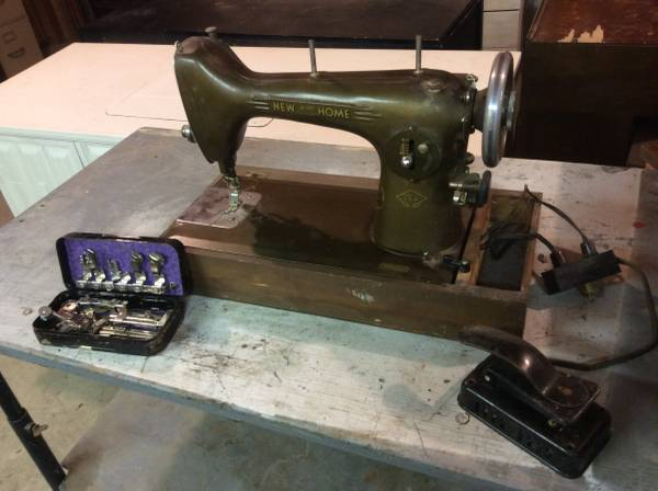 Photo Vintage Portable New Home Light Running Sewing Machine - $80 (Decatur, IN)
