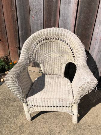 Photo White Wicker Chair - $30 (DecaturFt Wayne, IN)
