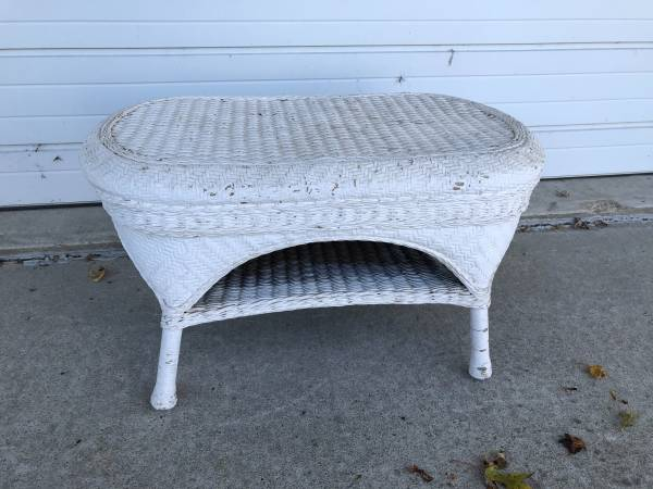 Photo White Wicker Type Coffee Table - $30 (DecaturFt Wayne, IN)
