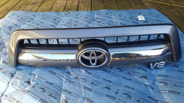 Photo 2005-2007 Toyota Sequoia Limited grill - $125 (Frederick, MD)