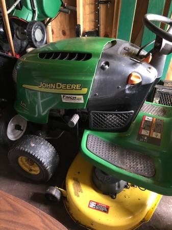 Photo John Deere L-111 Lawn Tractor - $175 (Woodbine)