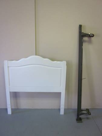 Photo White Broyhill solid wood twin size headboard with bed frame - $125 (Hagerstown)