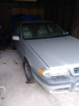 Photo 2000 VOLVO V70 AWD WAGON HAVE CLEAR TITLE NO KEY - $1 (King George)