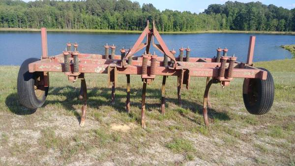 Photo CHISEL PLOW 9 SHANK - $1500 (MIDDLESEX , NC)