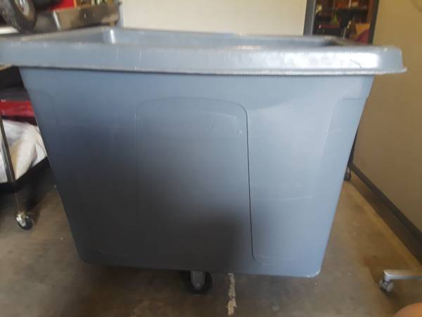 Photo Commercial Rubbermaid trash cart 4616 - $275 (Massaponax)