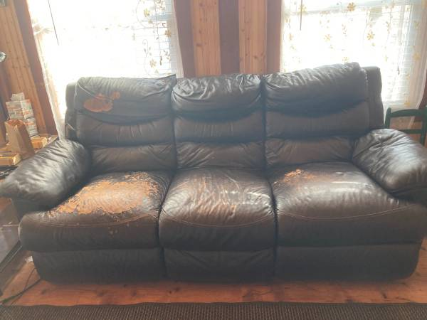 Photo Reclining sofa, well worn but comfy (Lake of the Woods)