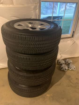 Photo Toyota Tundra 18 inch wheels and tires New TPMS Bridgestone HT P255 70 R18 - $500 (Fredericksburg)
