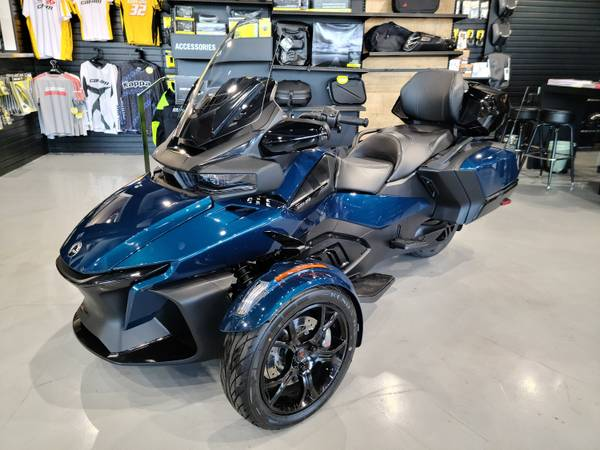 Photo 2020 CAN AM SPYDER RT quotPLUSquot TOP CASE - LIKE NEW IN STOCK - $21,897 (BIG VALUE)