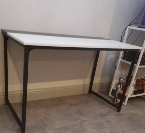 Photo Black and White Desk - $60 (Fresno)