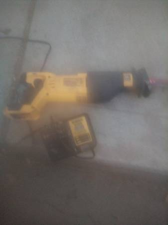 Photo Dewalt 20 volt max saw zaw and charger for sale - $110 (Fresno)