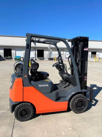 Photo 2016 - Off Lease Toyota Outdoor Pneumatic Forklift (CENTRAL FLORIDA)