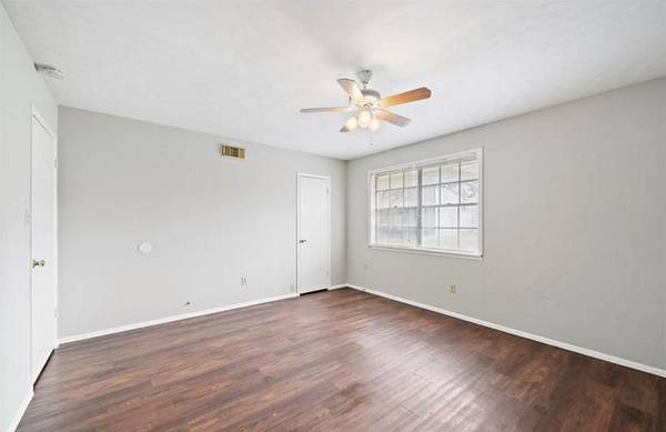 Photo Charming 21 with lots of character-- Faux Wood Vinyl Floors-710$$$ (La Marque-2729 Main St 7)