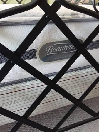 Photo FREE Queen Beautyrest mattress  box (Galveston)