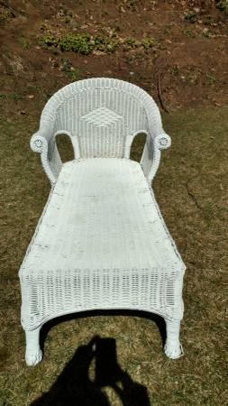 Photo White Wicker Chaise Lounge - $399 (Saratoga Springs  Wilton)