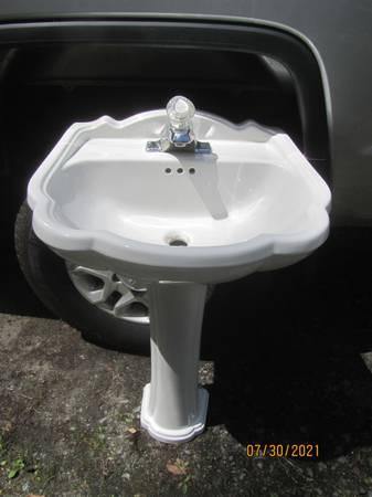 Photo white pedestal sink American Standard - $100 (Schroon Lake)