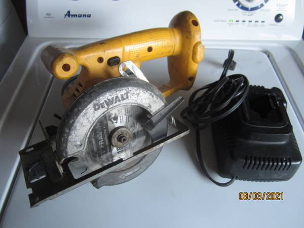 Photo DeWALT 18V Cordless 5-38 Trim Circular Saw - $35 (Carmichael)