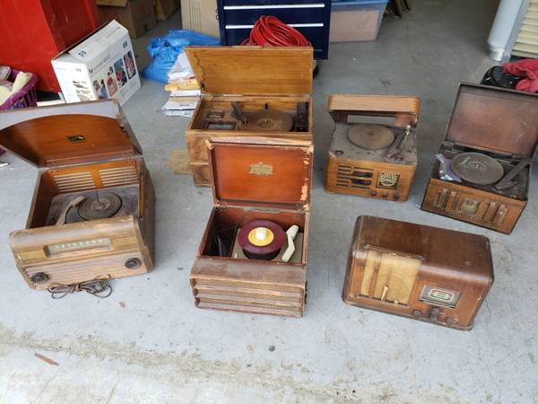 Photo Vintage radios and record players - $75 (Grass Valley)
