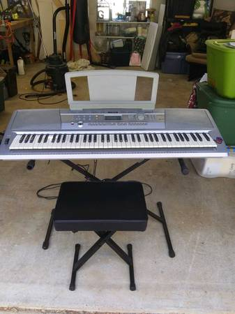 Photo Yamaha portable grand piano DGX 202 - $250 (Grass Valley)