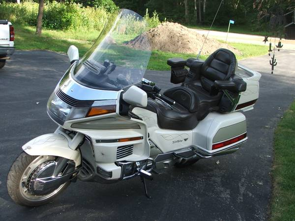 Photo 1990 Honda Goldwing GL1500 - $3,000 (Staples)