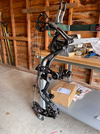 Photo Hoyt Carbon RX4 Bow and Accessories - $1,375 (Hatton)