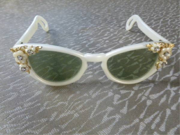 Photo ANTIQUE VINTAGE 5039s  6039s style Womans Cat Eye Green Sunglasses - $20 (Grand Rapids - Wyoming)