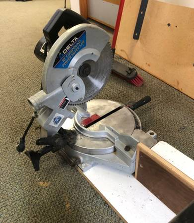 Photo Delta 10quot Compound Miter Saw w Extensions - $75 (Comstock Park)