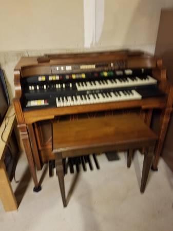Photo Hammond Organ T-582 A series (Caledonia)