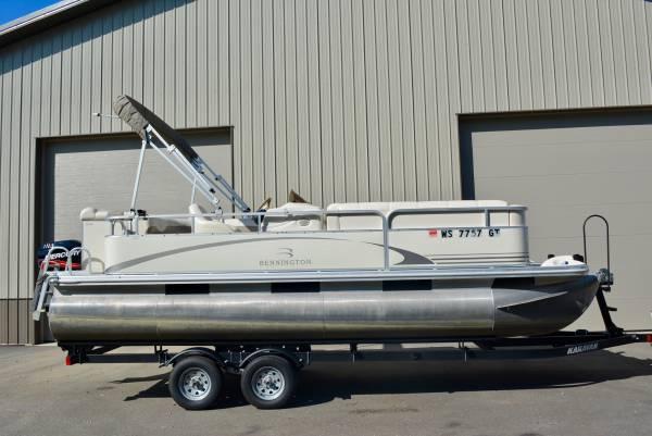Photo 2039 Bennington pontoon boat. 4-stroke 90HP Mercury  Trailer - $18900 (Green Bay)
