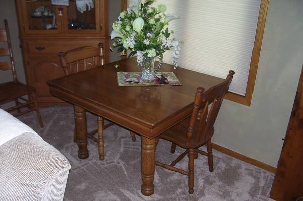 Photo OAK DINING ROOM TABLE - $300 (FDL)