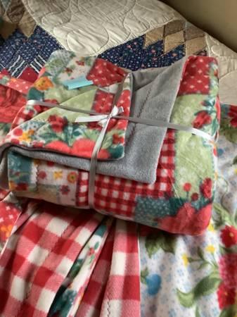 Photo PIONEER WOMAN Fleece Blankets - $45 (Pitsfield)