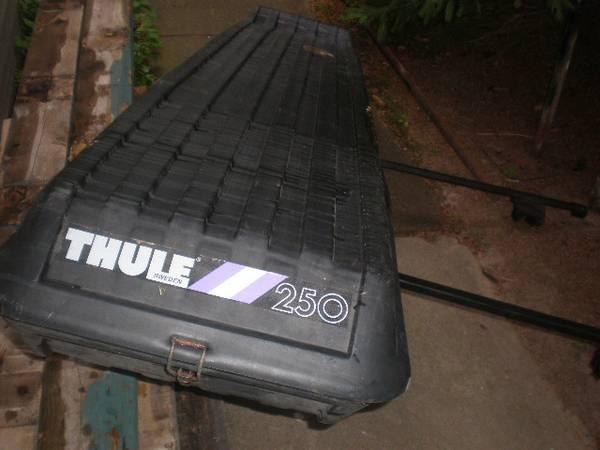 Photo THULE 250 cargo box w racks - $185 (gb)