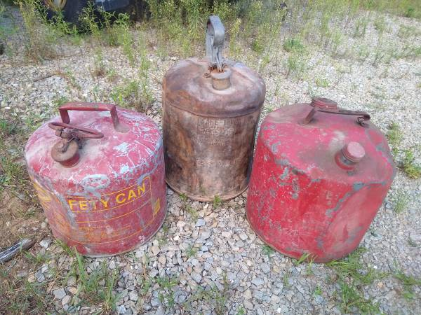 Photo Vintage Metal Gas Cans - $15 (Suamico)