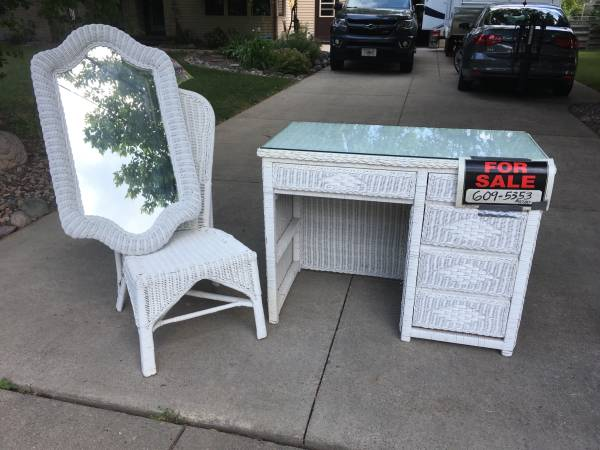 Photo White wicker desk, chair, and mirror - $40 (Green Bay West)